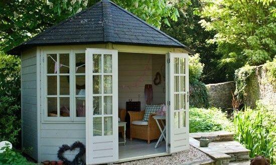 13 idee per usare le casette in legno da giardino arreda for Idee in giardino