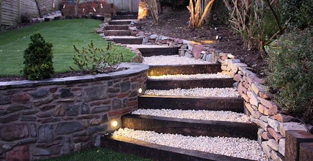 Scalinata con gradini ricoperti di sassolini bianchi e illuminata con luci a LED Brevus