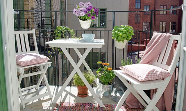 8 idee per decorare e arredare un terrazzo anche mini in for Arredare un terrazzo con piante e fiori