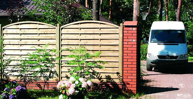 7 idee per creare privacy in giardino e proteggersi da - Recinzione giardino privacy ...
