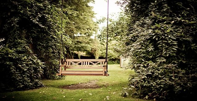 Scatti da igers con panchina in legno trasformata in altalena