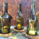 Bottiglie di vetro utilizzate come porta candele
