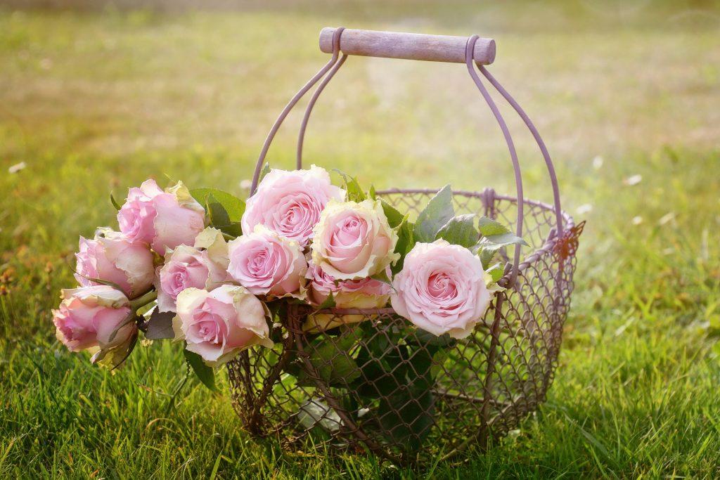 Cestino in ferro con mazzo di rose