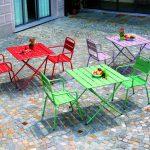 Tavolini e sedie in metallo colorati per il giardino