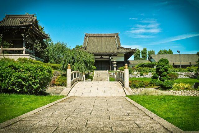 Il giardino giapponese di un tempio con ponte in pietra