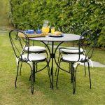 Tavolo e sedie in metallo nero per il tuo giardino