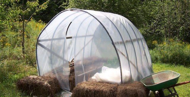 Tra gli oggetti riciclati troviamo la gomma da giardino per creare una serra tunnel