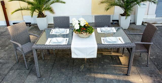 Sedie e tavoli in resina perch sceglierli per il - Arredare un giardino ...