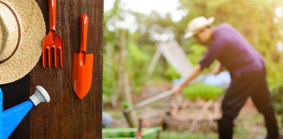 sistemare gli attrezzi da giardino