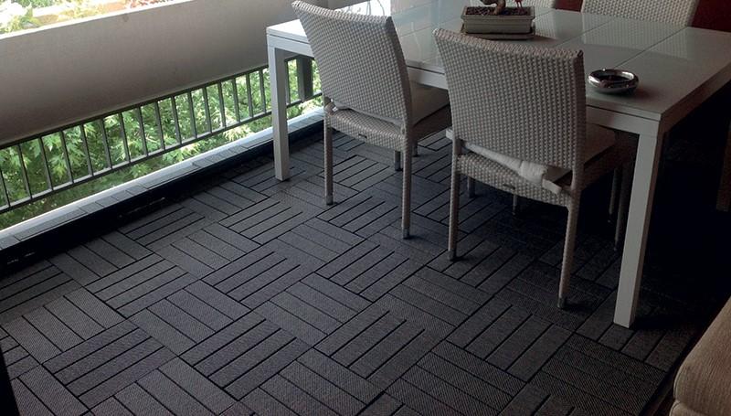 balcone con pavimento in quadrotte di legno