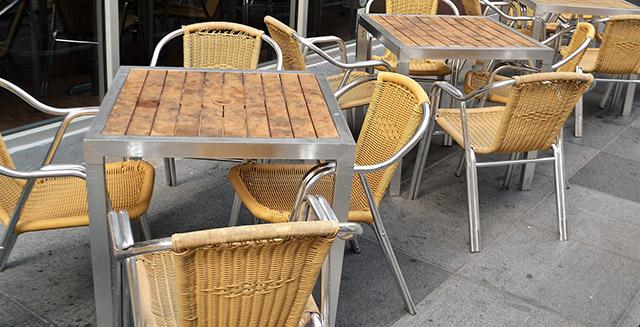 Come scegliere un tavolo per giardino tra ambiente e materiali