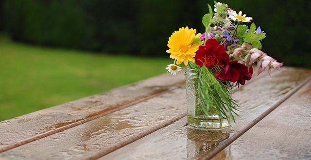 pioggia-su-tavolo-per-giardino