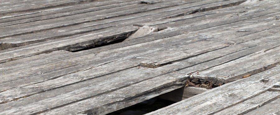 pavimento in legno per esterni rovinato