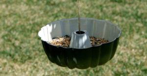 idee-giardino-fai-da-te-mangiatoia-tortiera