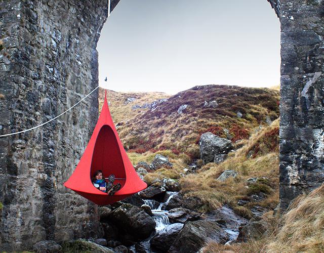 tenda-rossa-sedute-sospese