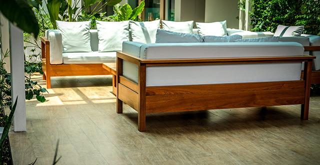divano-da-esterno-con-struttura-in-legno