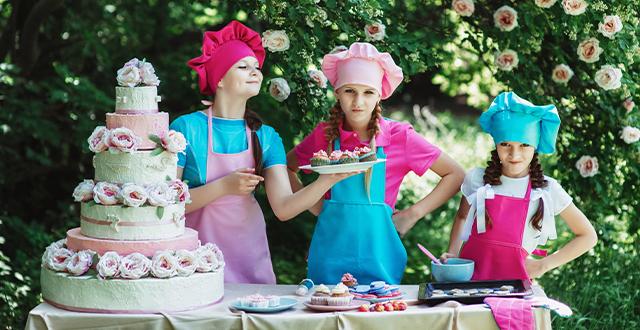 Bambini cucinano per un party in giardino