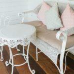 arredare un balcone stretto e lungo divano shabby