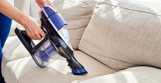 come-pulire-il-divano-in-tessuto-con-aspirapolvere